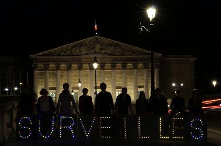 Action le 28 avril 2015 devant l'Assemblée Nationale lors des discussions sur le projet de loi Renseignement. Association « La Quadrature du Net » et le collectif « Lumen - Paris Light Brigade – »